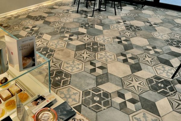Bar-Pasticceria-La-Veneziana-Ravenna_Ceramica-Fioranese_Heritage_pavimenti-interni-1500x600