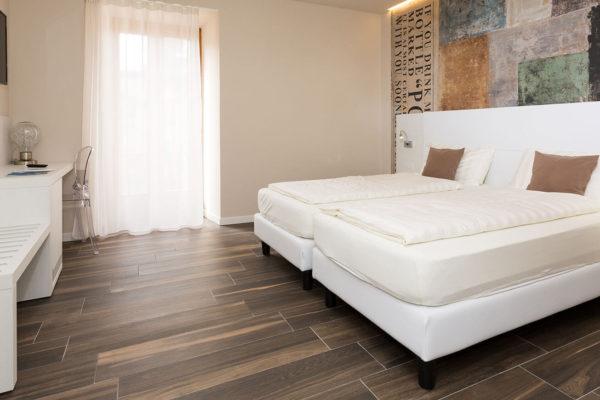 Hotel-Pace_Arco-Trento_Ceramiche-Coem_Signum_gres-porcellanato-effetto-legno